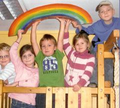 4 Kinder unter dem Regenbogen